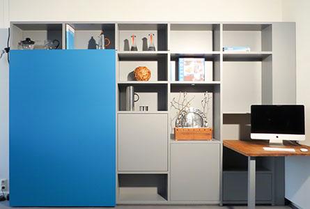 Design boekenkast Container in grijs met open en gesloten vakken en blauwe schuifdeur