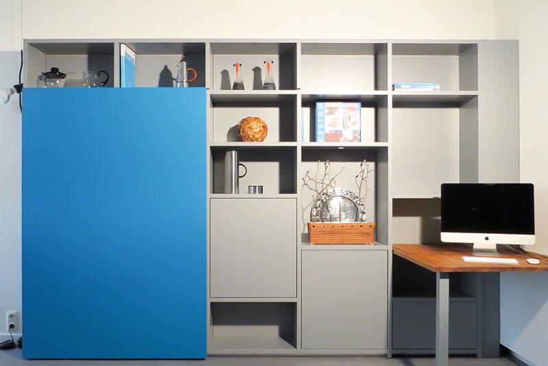 Design boekenkast Container in grijs met blauwe schuifdeur en werkplek