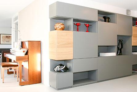 Design boekenkast Random in grijs met open en gesloten vakken en eiken deuren