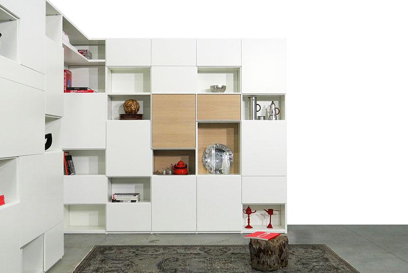 Design boekenkast Random in wit met open en gesloten vakken, eiken deuren en achterwanden