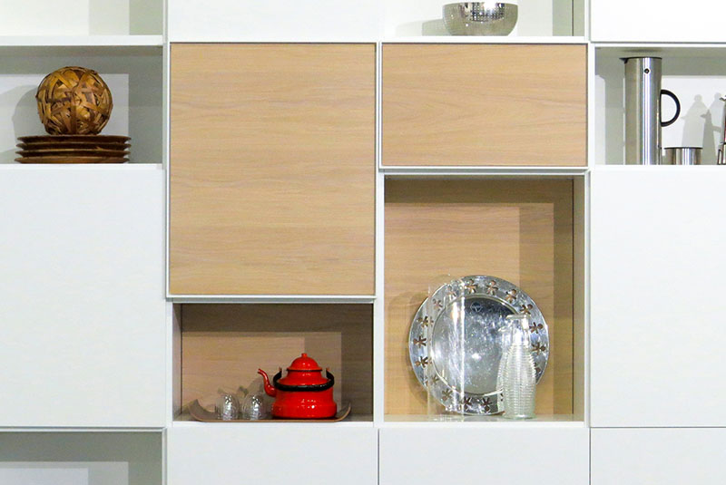 Design boekenkast Random in wit met open en gesloten vakken, eiken deuren en achterwanden close up