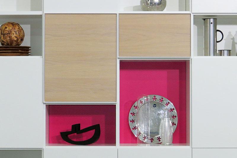 Design boekenkast Random in wit met open en gesloten vakken, eiken deuren en magenta achterwanden