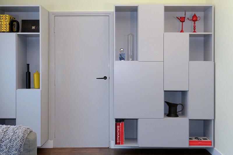 Zwevende design boekenkast Random in grijs met open en gesloten vakken
