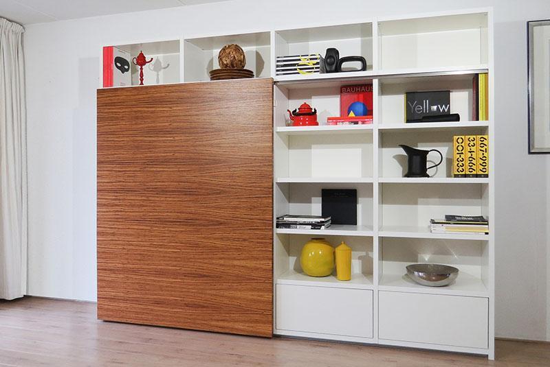 Design boekenkast Container in wit met open vakken en zebrano schuifdeur