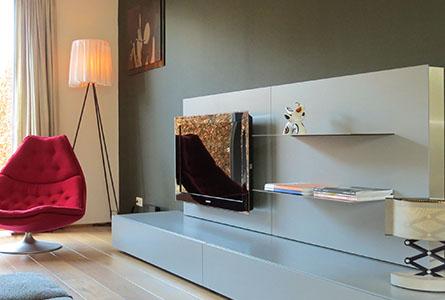 Design tv-meubel Medium Box met wandpaneel in grijs met RVS schappen en sierlijsten