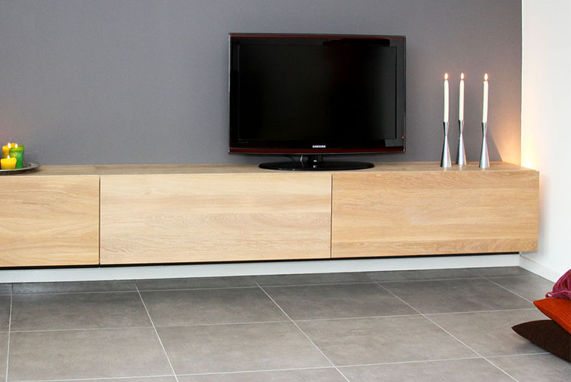 Zwevend design tv-meubel Medium Box in massief eiken met lades, kleppen en RVS sierlijst
