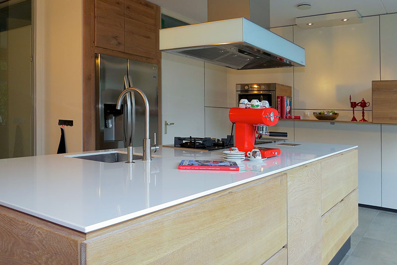 Design keuken met kookeiland in massief eiken met composiet blad