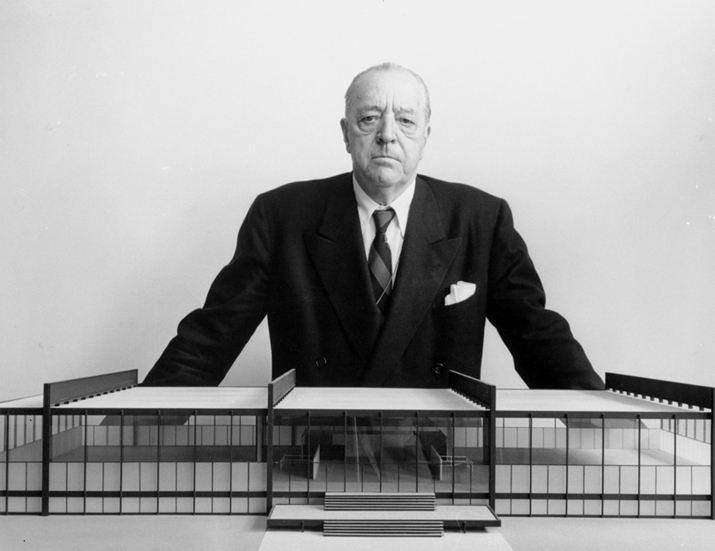 Ludwig Mies van der Rohe met maquette van S.R. Crown Hall, Illinois Institute