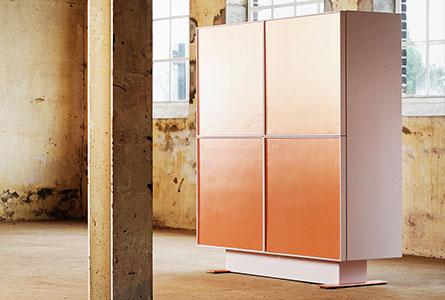 Design kast Made of Copper in licht roze met koperen deuren en voeten