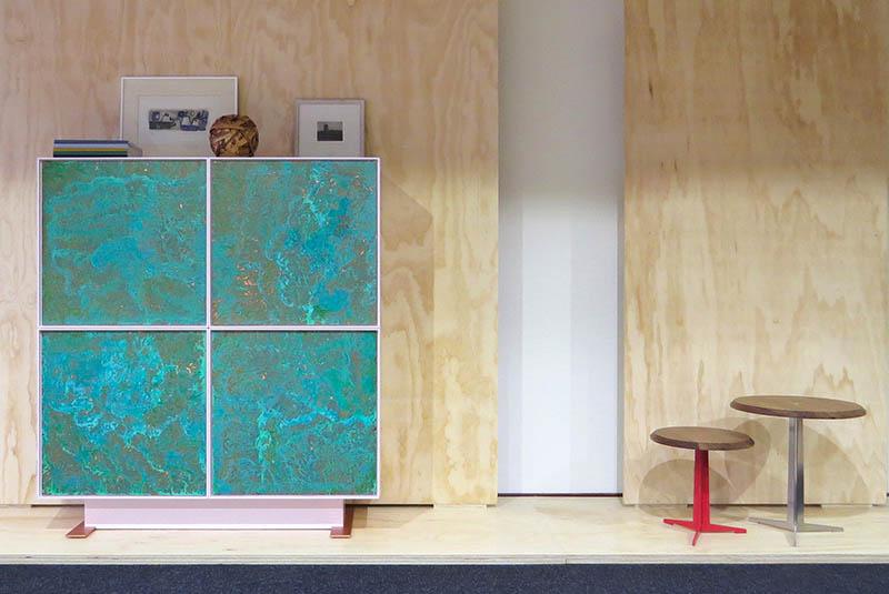 Design kast Made of Copper Oxidation van geoxideerd koper in een groene kleur en licht roze omlijsting