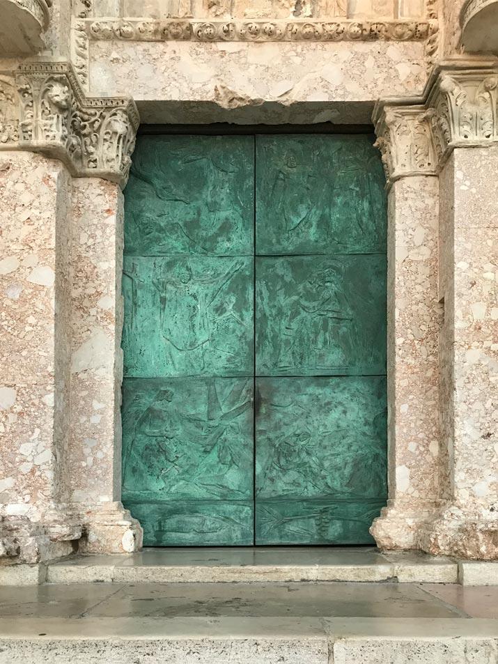 geoxideerde Koperen deuren van een kerk in Termoli